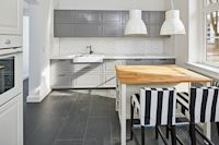 Perfekter Halt an jeder Wand – An massiver Wohnbauplatte lassen sich auch Hängeschränke bestens befestigen