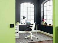 """Wer sein Home-Office einrichtet, kann sich bei der Wandfarbe auch für Kombinationen entscheiden. Dafür lohnt sich ein Blick auf das Alpina Farbrezept """"Einfach inspiriert""""."""