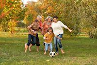 Im Alter haben wir häufig mit Arthrose zu kämpfen. Um die Schmerzen zu lindern, empfiehlt sich das diätetisches Lebensmittel Rosaxan von medAgil. Denn es sorgt dafür, dass unser Gelenkknorpel die Vitamine und Nährstoffe bekommt, die er braucht, um gesund und elastisch zu bleiben.